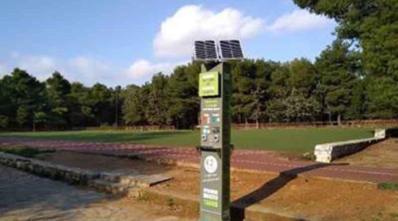 Ηλιακούς σταθμούς φόρτισης κινητών τηλεφώνων και συσκευών τοποθέτησε η Δημοτική αρχή.