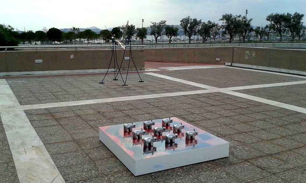 Επιδαπέδιο γλυπτό του Π.Λαμπρινίδη απ το Sculpture Park.