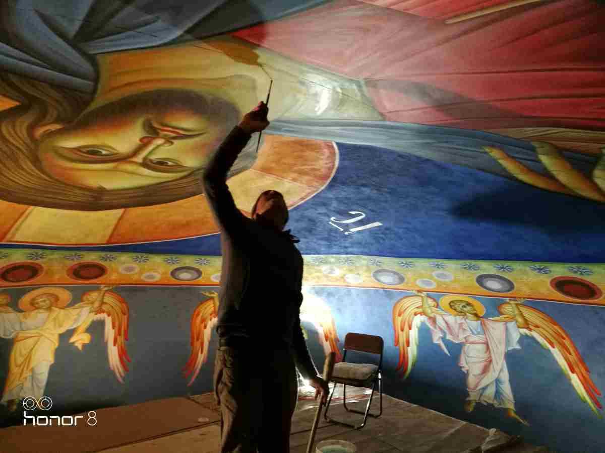 Νικόλαος Α.Χούτος ζωγραφίζοντας τον Παντοκράτορα στον Ι.Ν. Αγίας Τριάδος, Χολαργού, διαστάσεων 6 μέτρων, 2017